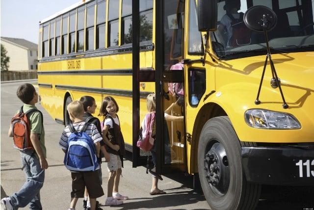 Papà accompagna il figlio ogni mattina alla fermata dello scuola bus e quello che fa è sconvolgente