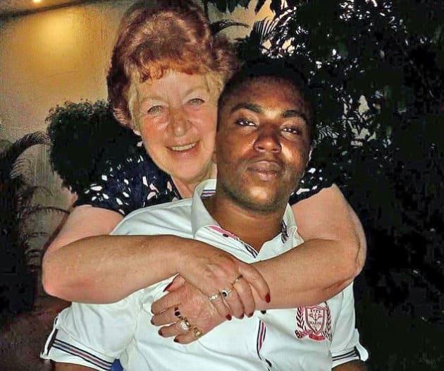 L'amore non ha età, donna 72 anni, nonna di sei nipotini, si sposa con un nigeriano di 27 anni bello e muscoloso