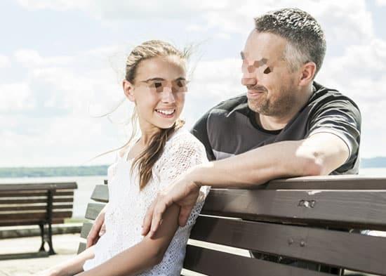 15enne chatta con uno sconosciuto per un anno gli invia foto osè, poi al primo incontro. l'incredibile scoperta è il padre