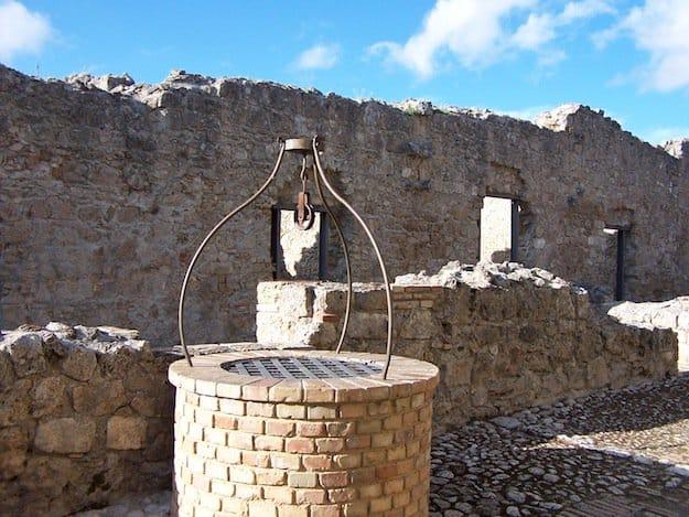Donna beve acqua da un pozzo, quello che le accade dopo è sconvolgente