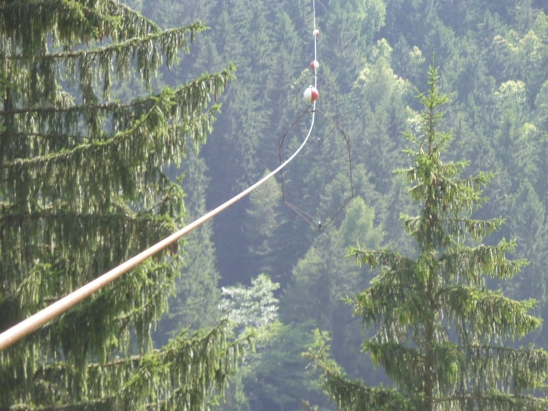 In viaggio di nozze coppia di giovani sposi prova l'ebbrezza di lanciarsi con il cavo di una teleferica, il lancio finisce in tragedia