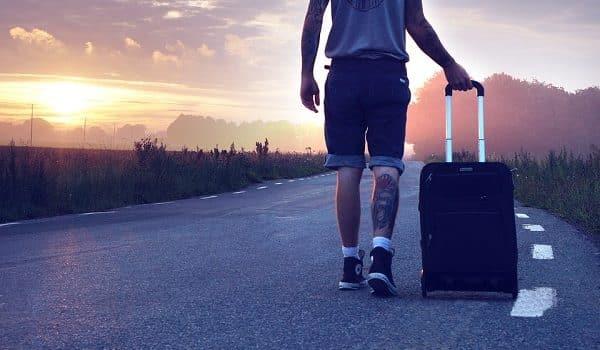 La polizia ferma un uomo con una valigia e quando capisce cosa ha dentro ne rimane inorriditi