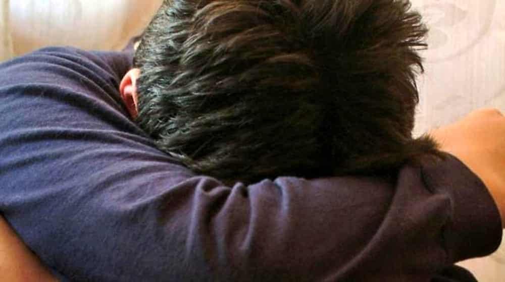Bimbo non fa i compiti, il padre lo punisce picchiandolo con il tubo dell'aspirapolvere, il piccolo muore dopo 5 giorni di agonia