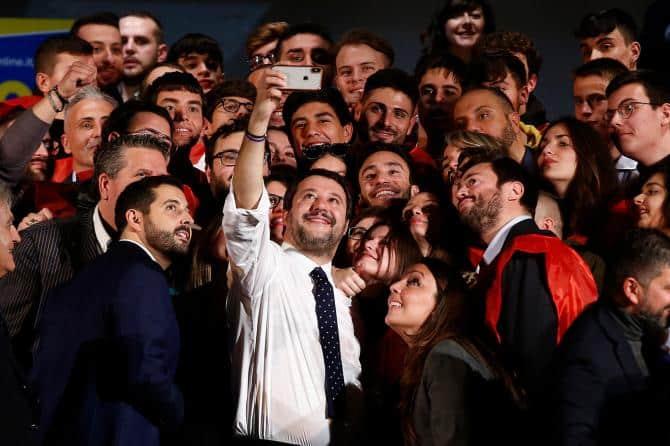 """Al Teatro Italia gremito Matteo Salvini apre la lunga campagna elettorale per Roma, """"Raccolte 100 mila firme per mandare a casa la Raggi"""""""