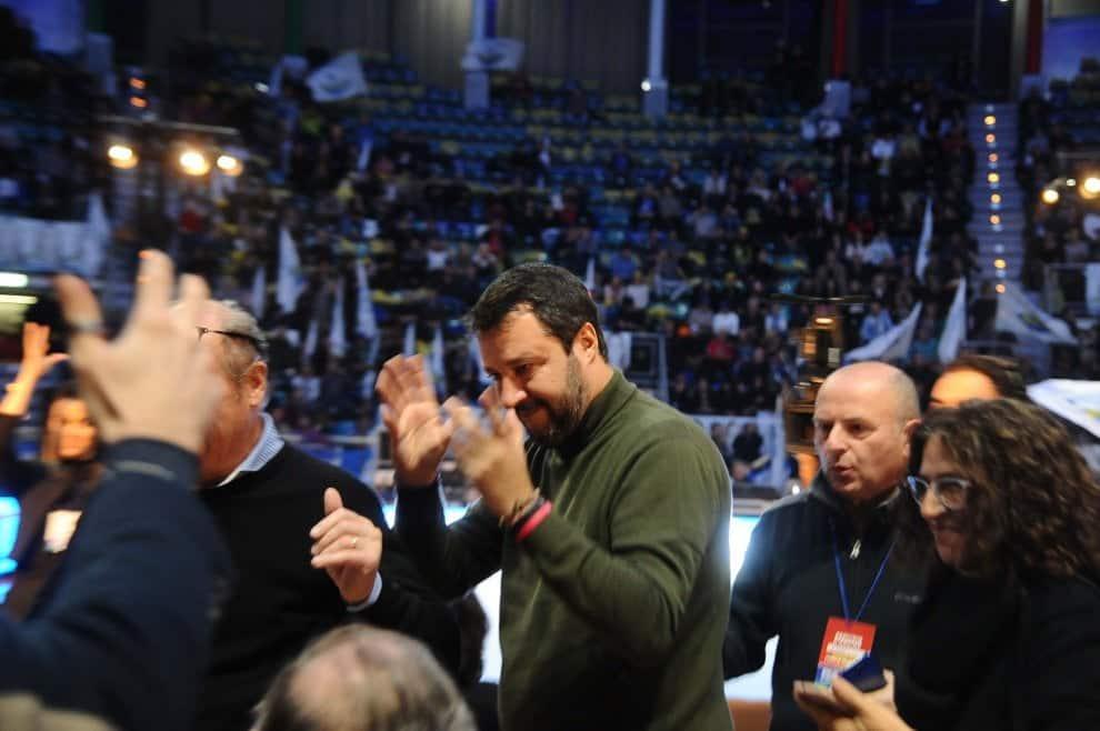 """Salvini tifo da stadio al Paladozza gremito, il leader della Lega lancia la sfida a Conte e Di Maio, """"Se l'Emilia sceglierà come l'Umbria il futuro, qualcuno a Roma dovrà prenderne atto"""""""