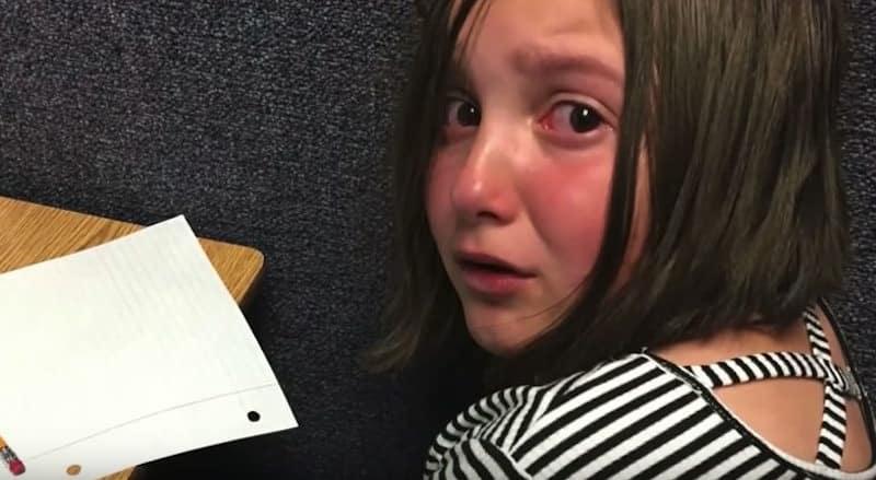 La maestra mette in punizione una bambina e chiama la mamma che quando arriva a scuola non crede ai suoi occhi