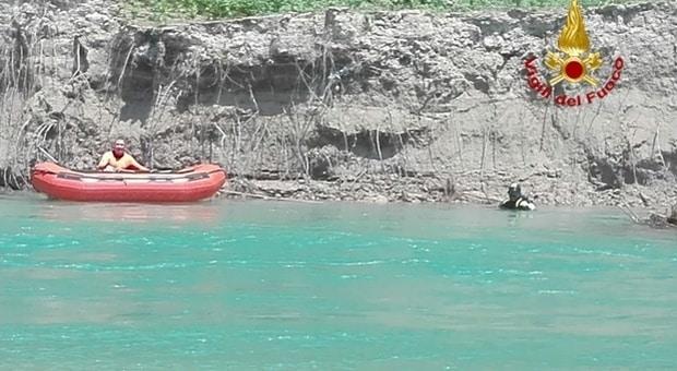 Ragazzo si butta in un lago senza saper nuotare, mentre affoga e muore gli amici lo riprendono con il telefonino senza aiutarlo