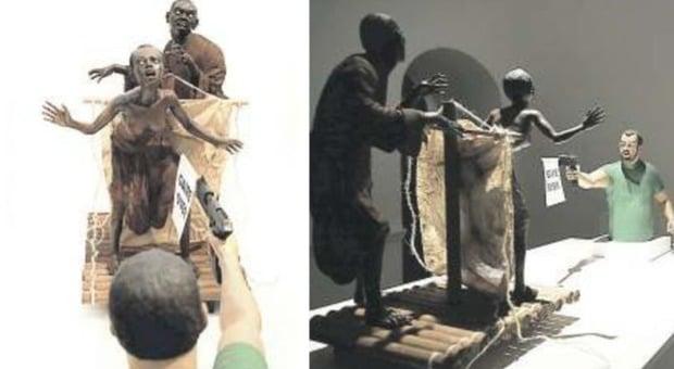 Napoli, in mostra una scultura shock che raffigura Matteo Salvini che impugna una pistola e spara a mamma e figlio di colore