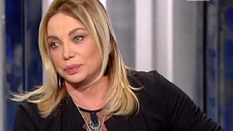 Simona Izzo si sfoga, con la pensione di 1.000 euro non arriva a fine mese, la risposta seccata di Maurizio Costanzo