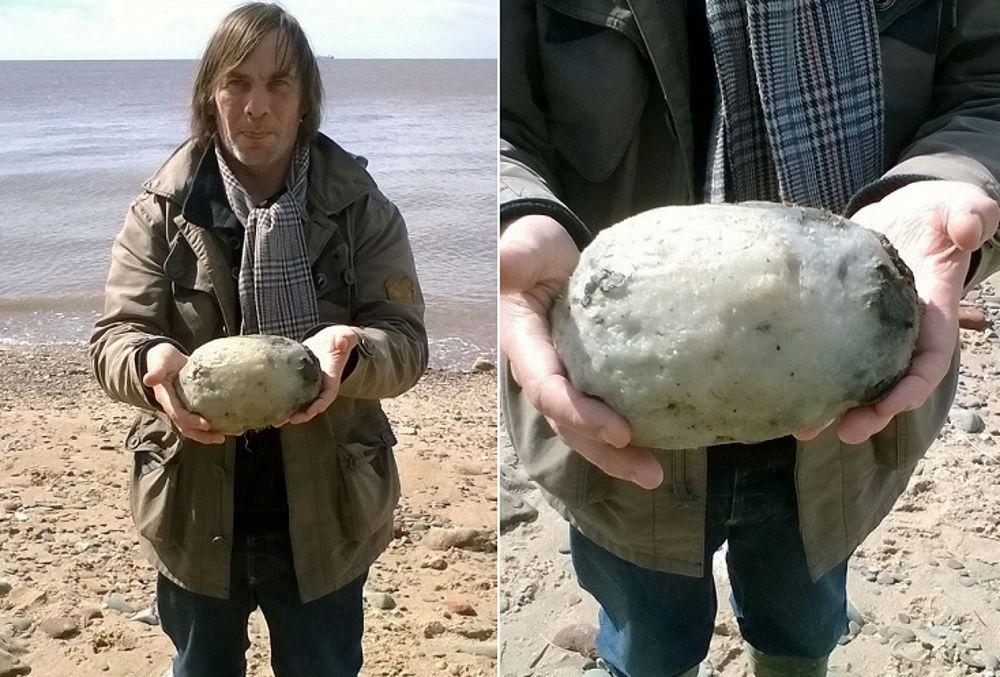 Una coppia passeggiando sulla spiaggia  trova una strana palla di gomma, poi scopre cos'è e soprattutto il suo valore, 62 mila euro