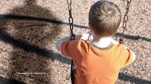 Bambino di dieci anni capisce che ha solo un modo per mettersi in salvo dai genitori