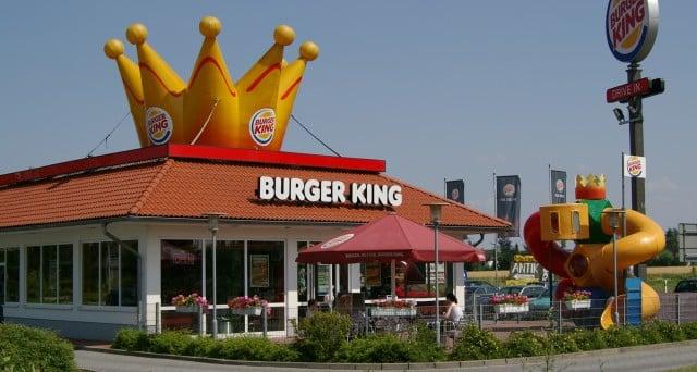 Incinta le viene vietato di utilizzare il bagno al Burger King perché il marito non aveva ancora pagato il conto