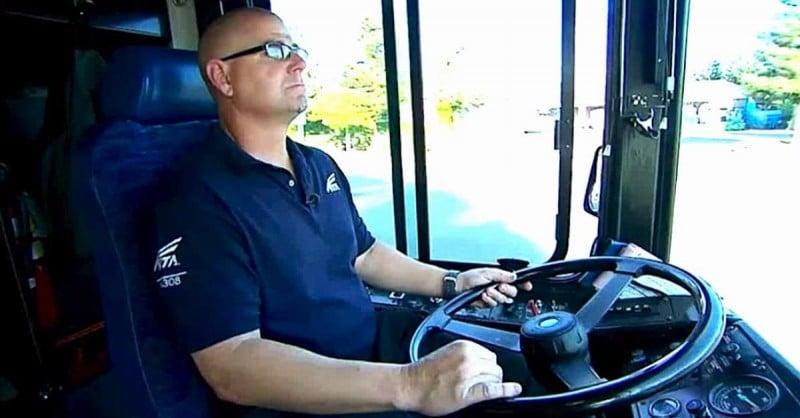 Il conducente dell'autobus vede salire un uomo con un bambino che piange, guarda i piedi del bambino e chiama la polizia
