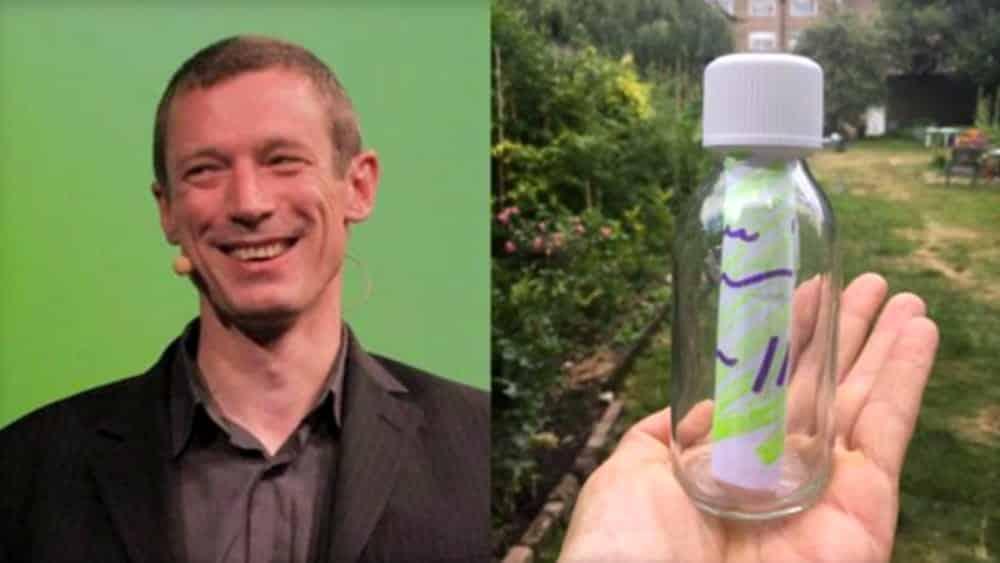 Per trovare l'anima gemella getta in mare 2 mila bottiglie con dentro messaggi d'amore, viene denunciato per inquinamento