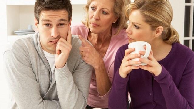 La suocera tratta male la nuora, la reazione del figlio non si dimentica facilmente