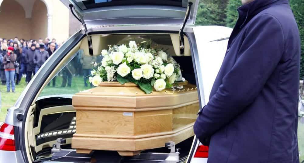 Giovane donna incinta muore per un incidente d'auto, durante il suo funerale partorisce