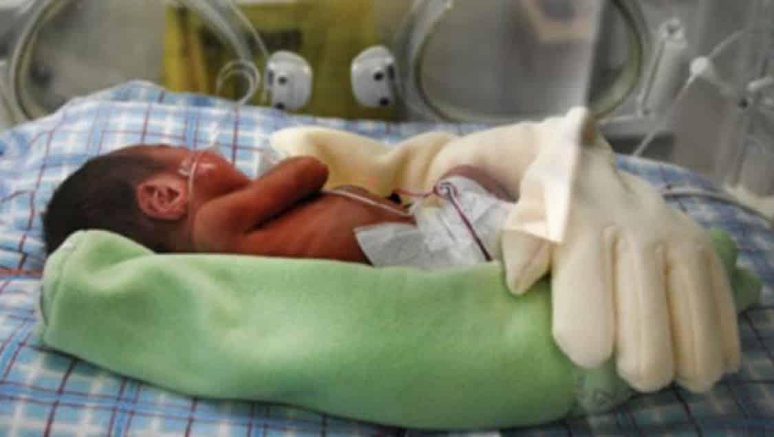 Una mamma ha un bambino prematuro e ha un'idea bellissima per dare al piccolo un contatto continuo con lei