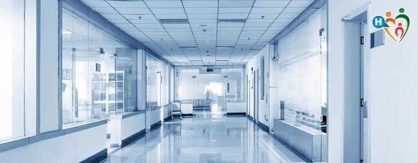 La moglie sta morendo e lui le porta in ospedale un trolley, da quel momento la donna si rasserena e poi muore tranquilla