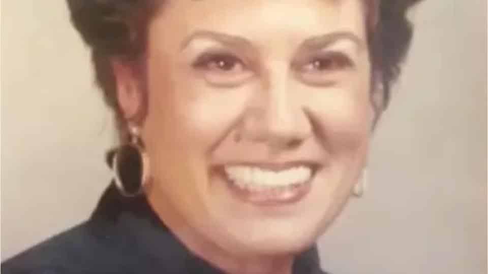 E' una bravissima insegnante e dopo la sua morte si scopre un suo segreto che nessuno immaginava