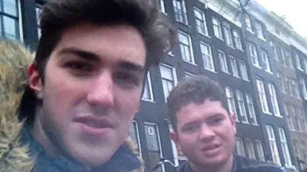 Due amici si incontro e vanno a bere una birra a Newcastle ma si risvegliano ad Amsterdam