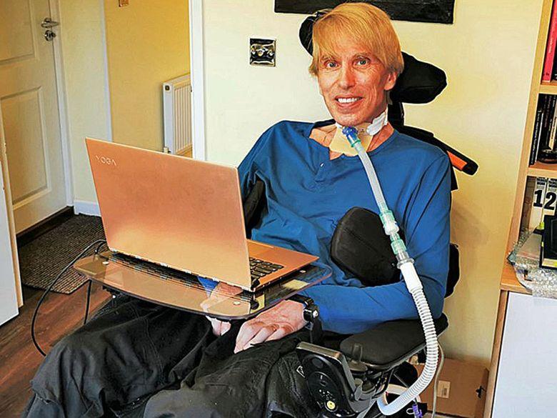 Un uomo, malato terminale si sta sottoponendo a una serie di trasformazioni per diventare un cyborg e non morire