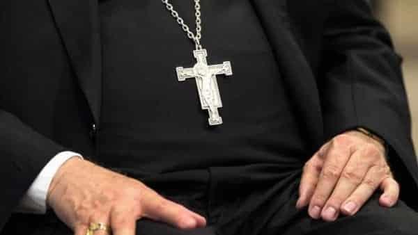 Parroco si appropria delle offerte dei fedeli, 120 mila euro, per scommettere online, scoperto dice di essersi lasciato convincere