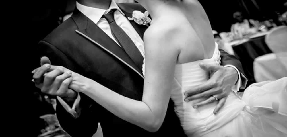 Si sposa poco tempo dopo che il papà è morto ma durante la cerimonia sente una voce a lei molto familiare che le dice qualcosa di importante