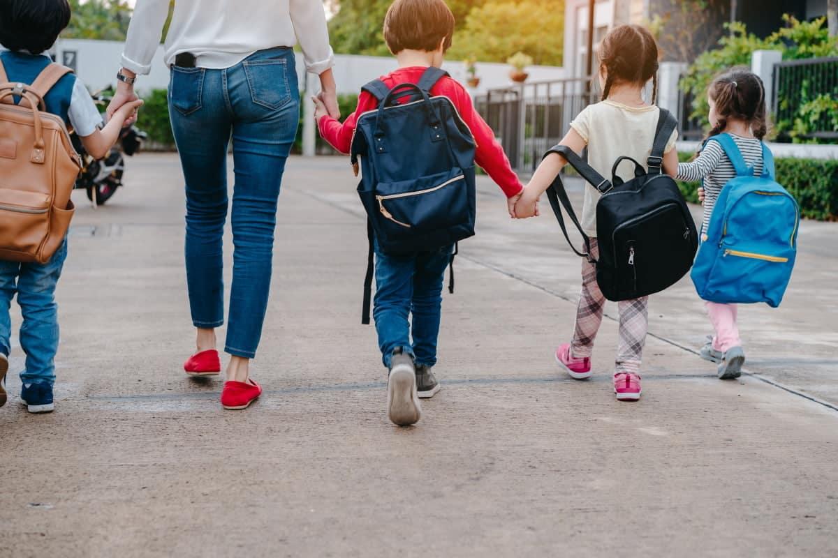 Bambina va a scuola vestita in un modo ma le insegnanti le cambiano vestito