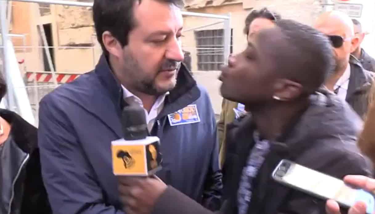 """Salvini braccato da un giornalista di colore, """"Bacio in bocca no, che schifo. Preferisco altri baci, non perché sei nero ma permettimi di baciare chi mi pare"""""""