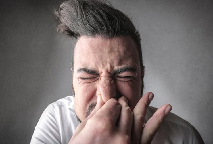 Attenzione a non bloccare mai uno starnuto, le conseguenze sono molto pericolose