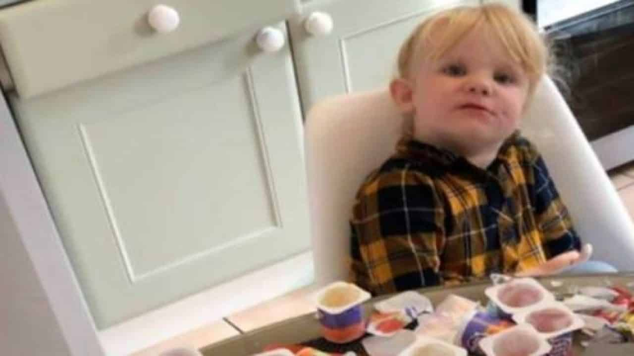 Un papà lascia la bambina di tre anni per diversi minuti da sola in cucina, quando torna la piccola ha mangiato 18 vasetti di yogurt