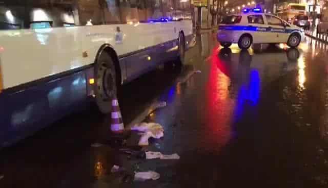 350 euro a terra nel bus trovati da un controllore che chiede di chi siano, scoppia una mega rissa