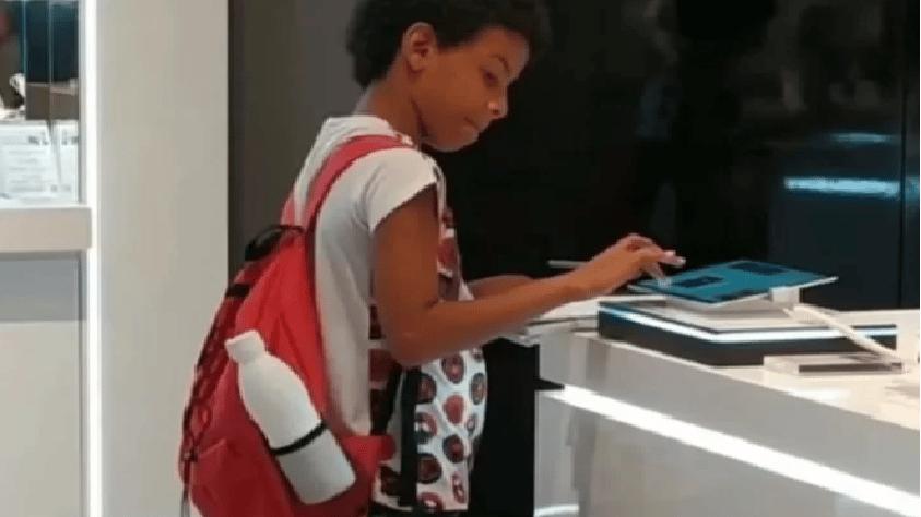 Deve finire i compiti, non ha il tablet che gli serve, va in un negozio e studia lì