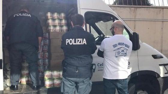 Bari, i poliziotti decidono di donare i loro buoni pasto per i poveri, raccolti 16 mila euro di alimenti