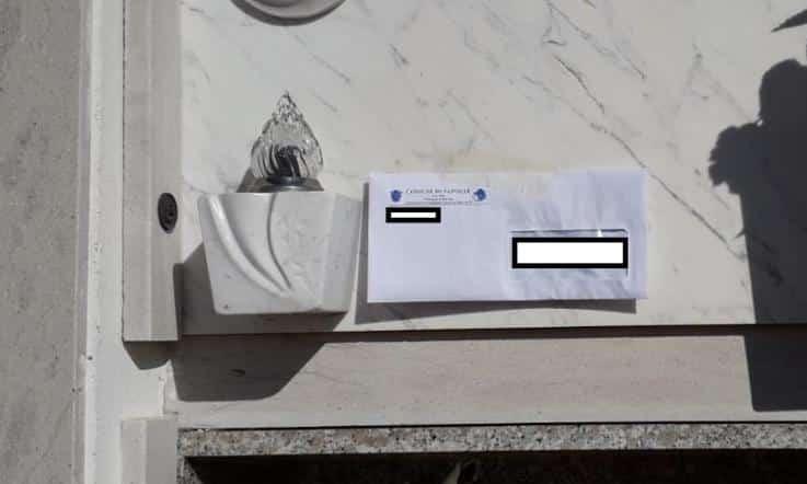 Posta ai defunti, le ingiunzioni di pagamento affisse alle lapidi del cimitero