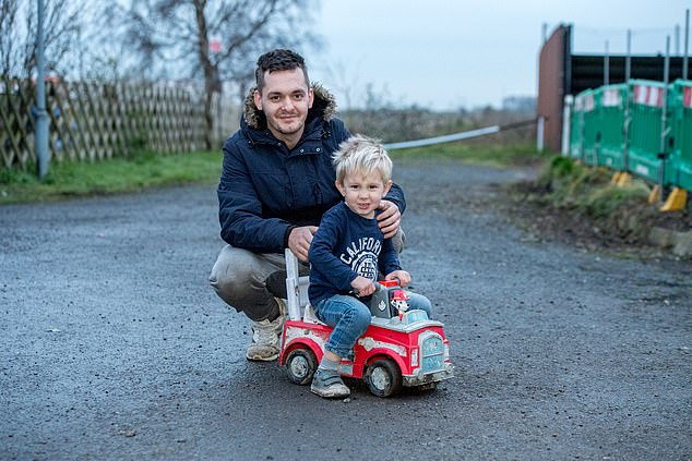 Bambino di tre anni salva il suo papà guidando nel traffico il suo camino giocattolo