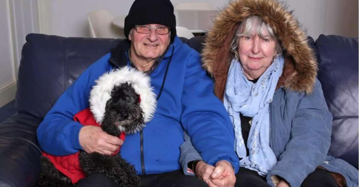 Marito e moglie molto anziani hanno scelto di non accendere più il riscaldamento e con i soldi che risparmiano vanno ai concerti