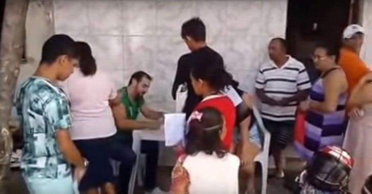 Medico viene licenziato in tronco, visita i pazienti per strada