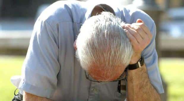 Uomo con l'Alzheimer passa la notte all'addiaccio e un cane randagio non lo abbandona un solo momento