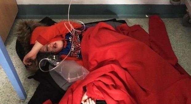 Bambino arriva in ospedale e non c'è posto , lo sistemano sul pavimento