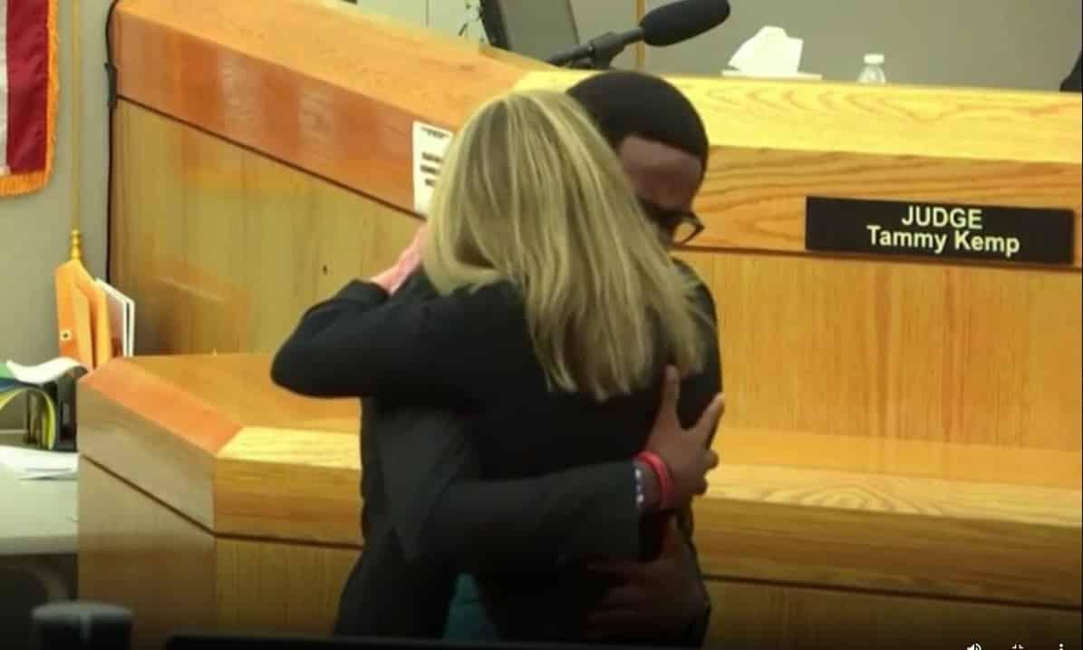 Poliziotta condannata a 10 anni di carcere per omicidio, il fratello della vittima chiede di abbracciarla