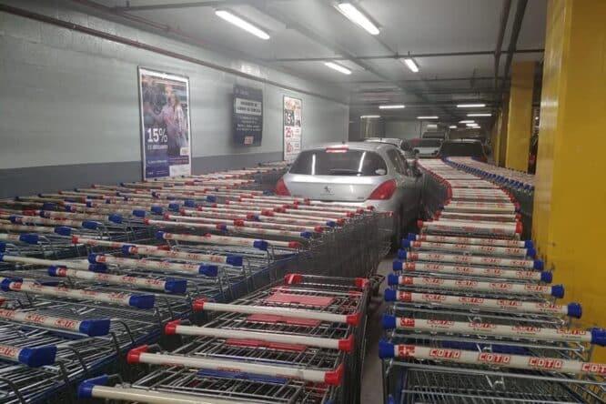 Va in un centro commerciale, parcheggia l'auto dove non si può e i dipendenti si vendicano
