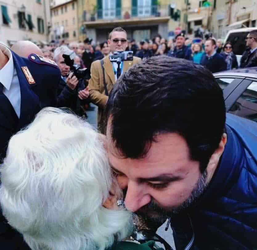 """Matteo Salvini e una tenera foto pubblicata su Twitter, """"I sondaggi che contano sono questi"""""""