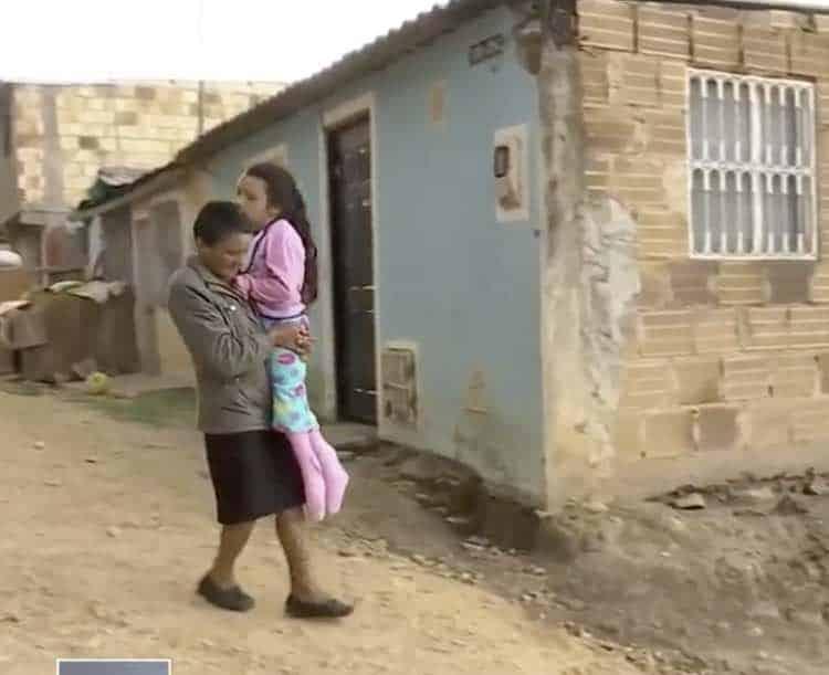 Rubano la carrozzella alla bambina disabile e la nonna non può comprare una nuova, quello che fa la nonna è incredibile