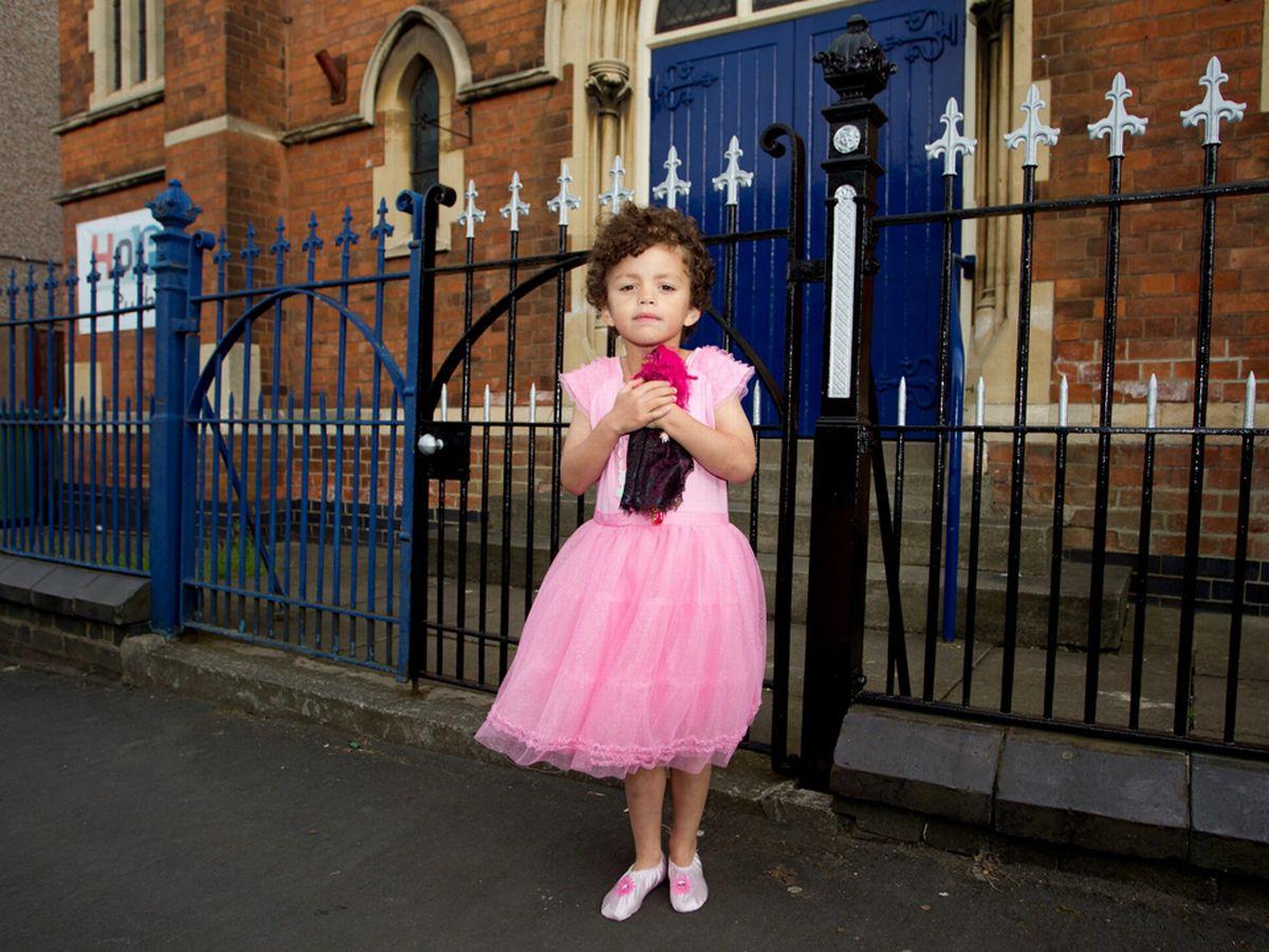 Bimbo di 5 anni decide di vestirsi da principessa indossando scarpe col tacco ma viene cacciato dal catechismo