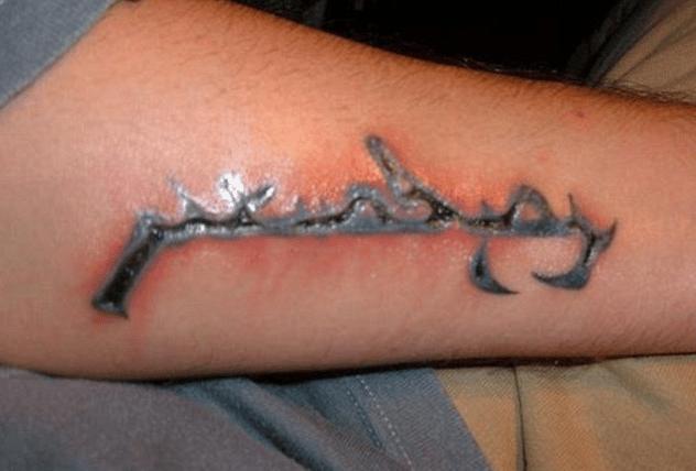 Fa il tatuaggio e poi va a mare a fare un bagno, un'infezione lo uccide