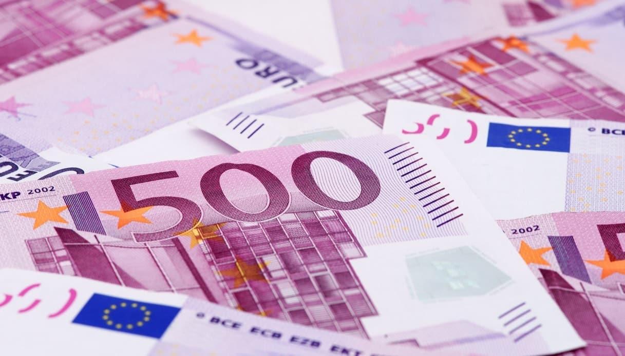 Va al bar e trova a terra una banconota da 500 euro, chiede ai presenti di chi sia