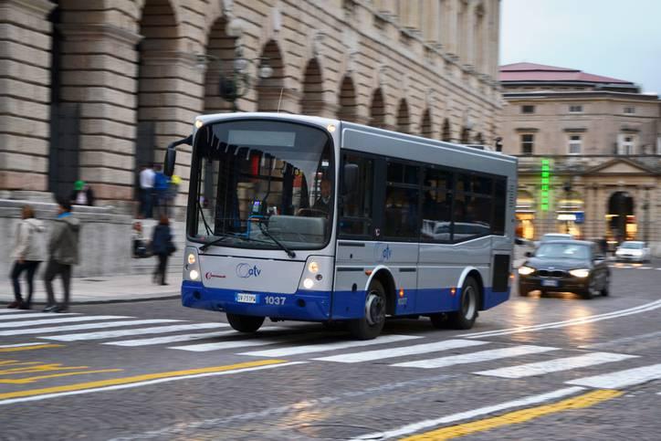 Arriva l'autobus nessuno fa posto ad un uomo in carrozzella che deve salire e il conducente ha un'idea brillante