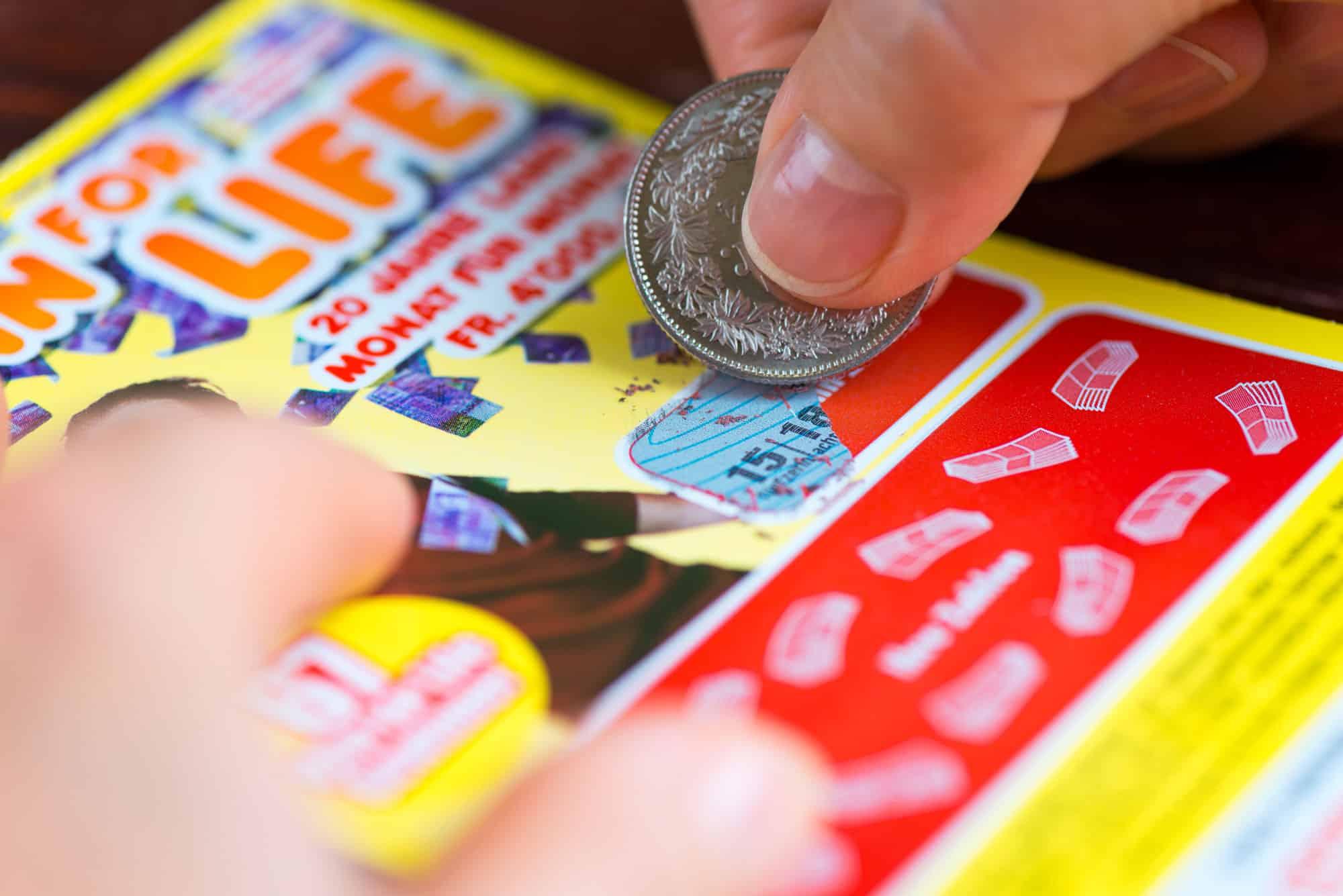 Compra un biglietto della lotteria e vince un milione di dollari, dopo quattro anni ne compra un altro e vince ancora un milione di dollari