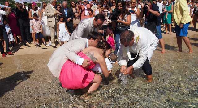 Coppia decide di celebrare il battesimo del figlio in modo originale in riva al mare ma un'onda uccide chierichetto